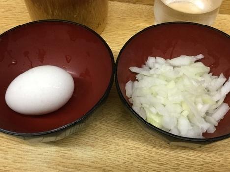 ラーメン二郎新代田トッピング生卵と玉ねぎ