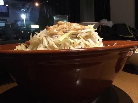蒙麺火の豚麺マシゆで前1kgすり鉢フュージョン横アングル