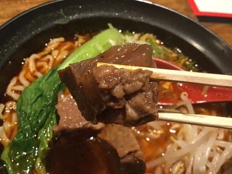 長浜百味四川旨辛牛肉麺肉リフト