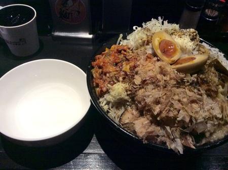 麺マッチョ新大まぜそばWと取り皿