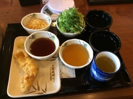 丸亀製麺釜揚げうどん半額DAYデカ盛り薬味と出汁